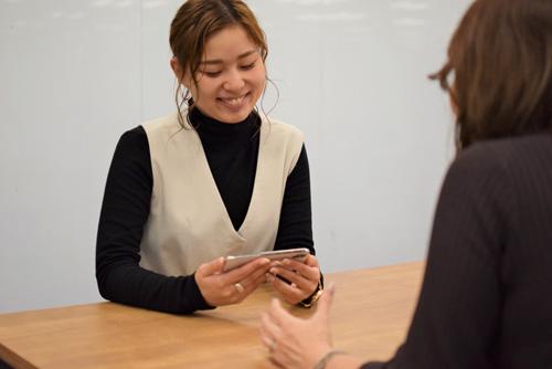 社員が音声認識ソフトを使って会話している様子の写真