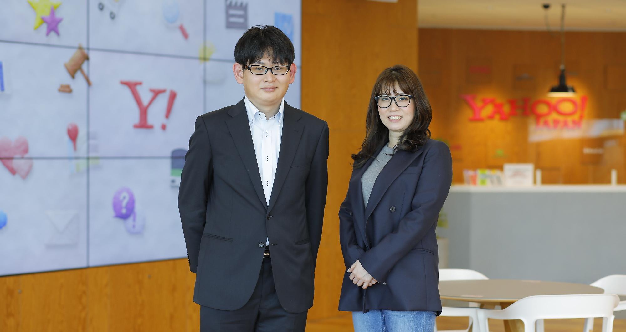インタビュアーの社員とインタビュイーの吉村さんが並んで立っている様子の写真