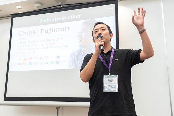 取締役 常務執行役員、藤門 千明が説明をしている様子の写真