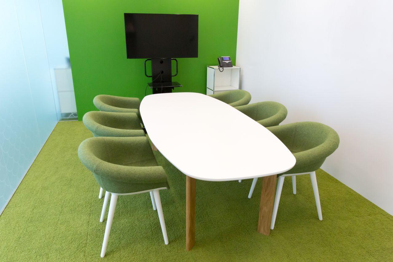 緑を基調とした来客用会議室の写真