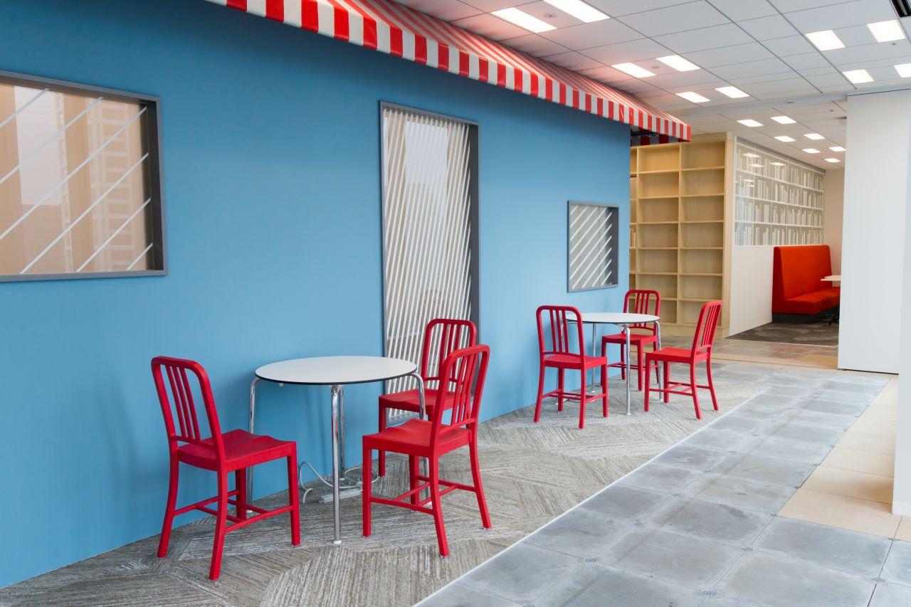 青と赤があざやかなミーティングスペースの写真
