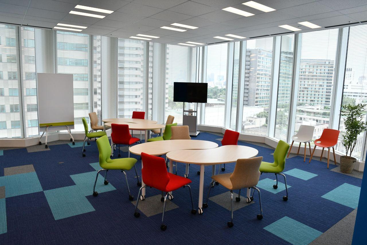 窓際のミーティングスペースの写真