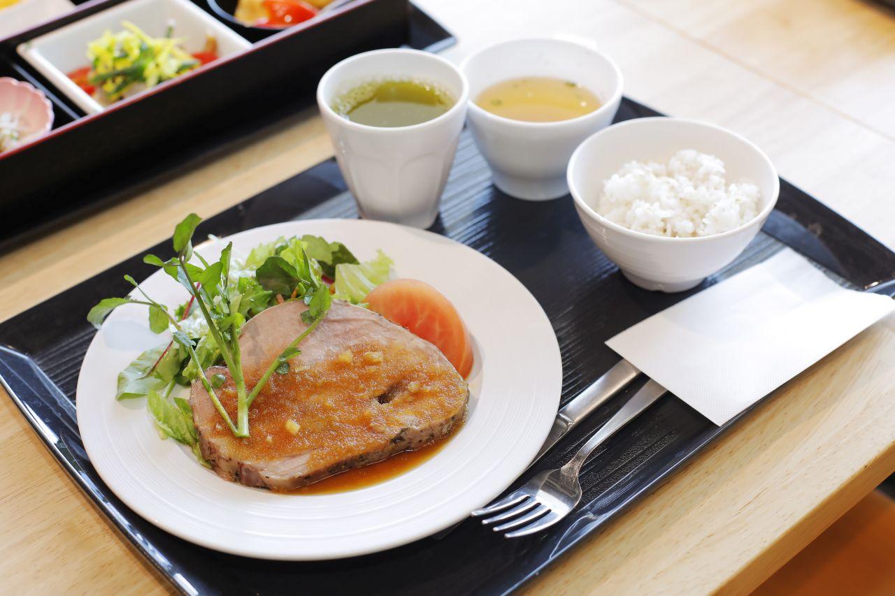 肉料理の定食の写真