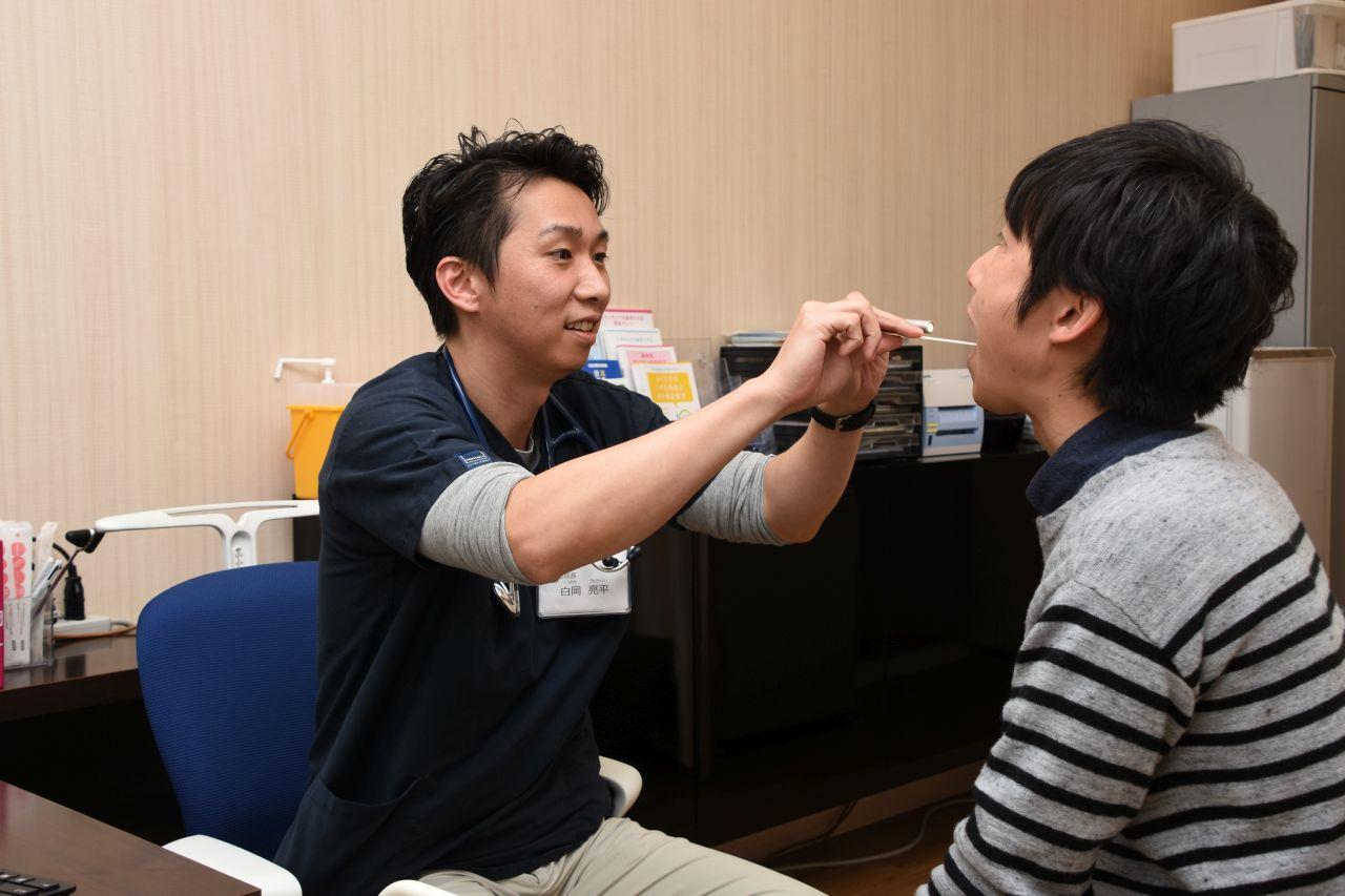 病院で診察を受けている社員の写真