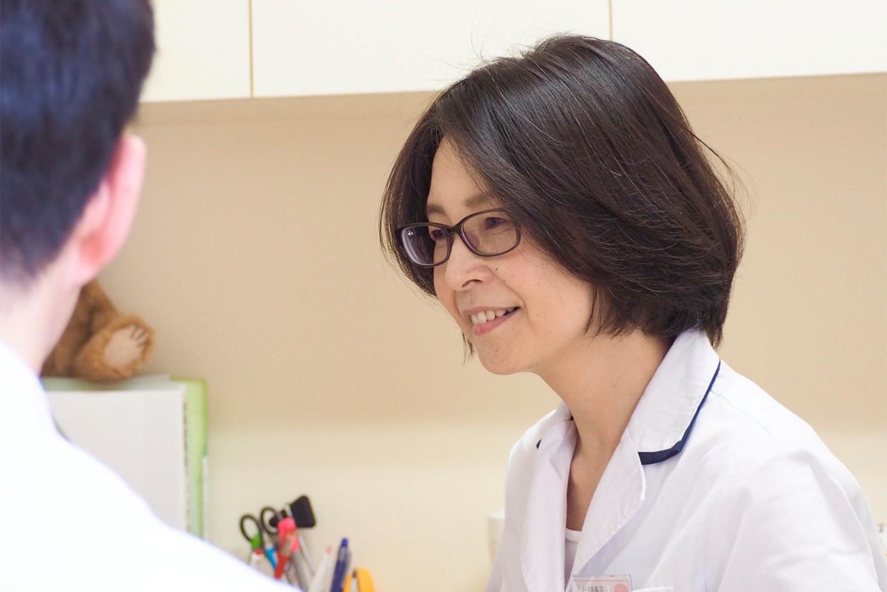 病院で診察をする医師の写真