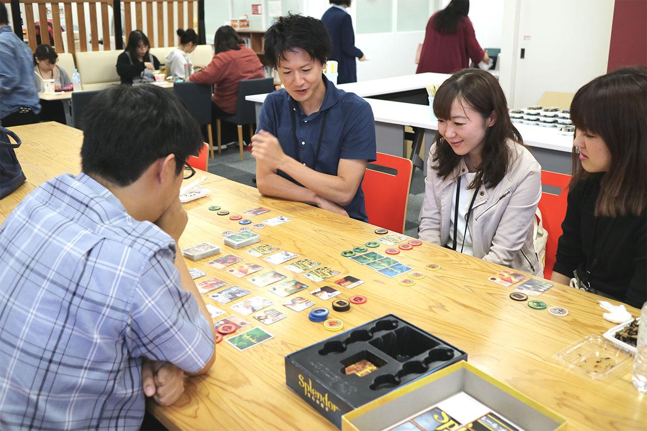 フリースペースでカードゲームを楽しむ社員の写真