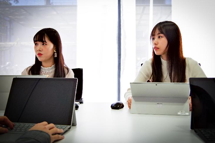 座談会参加者が会議室で話している様子の写真