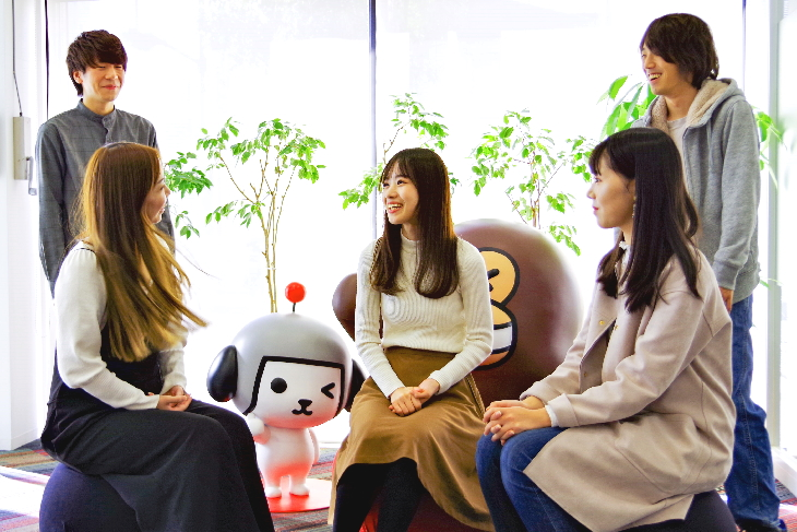 座談会参加者がフリースペースで談笑している様子の写真