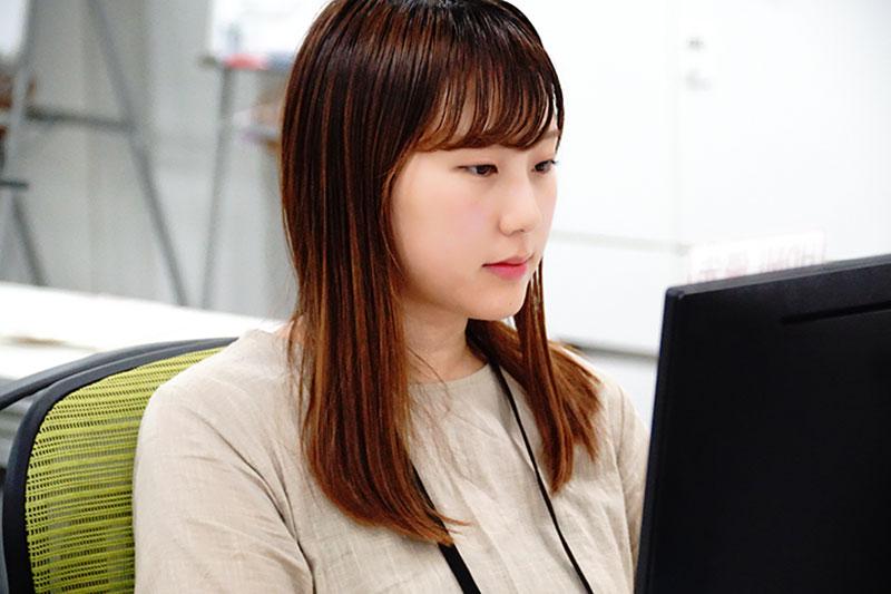 パソコンに向かう社員の写真