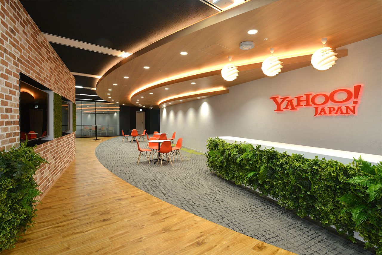 Yahoo! JAPANのロゴが目立つ広々としたエントランスの写真