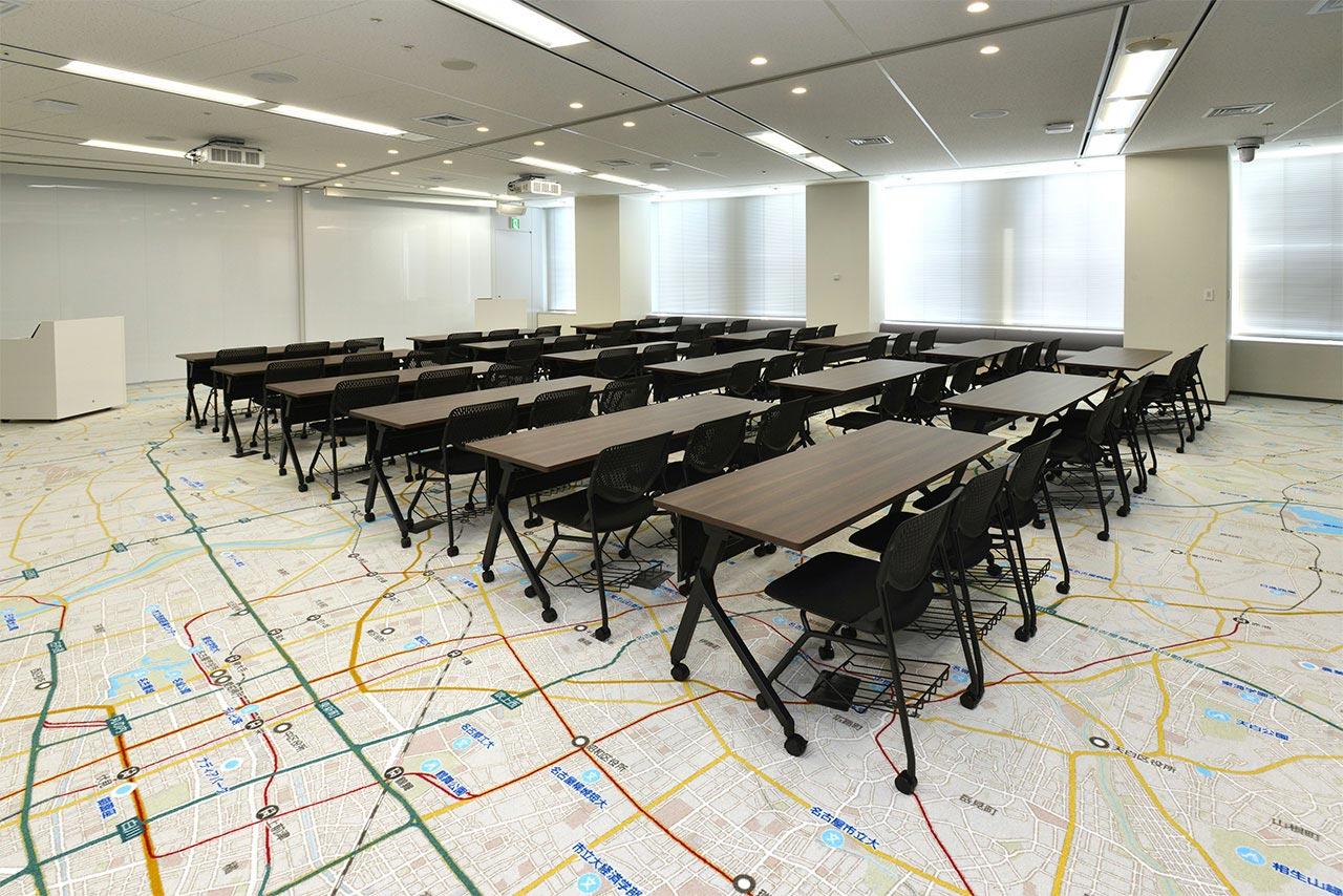 Yahoo!地図が全面に印刷された床が特徴的な会議室の写真
