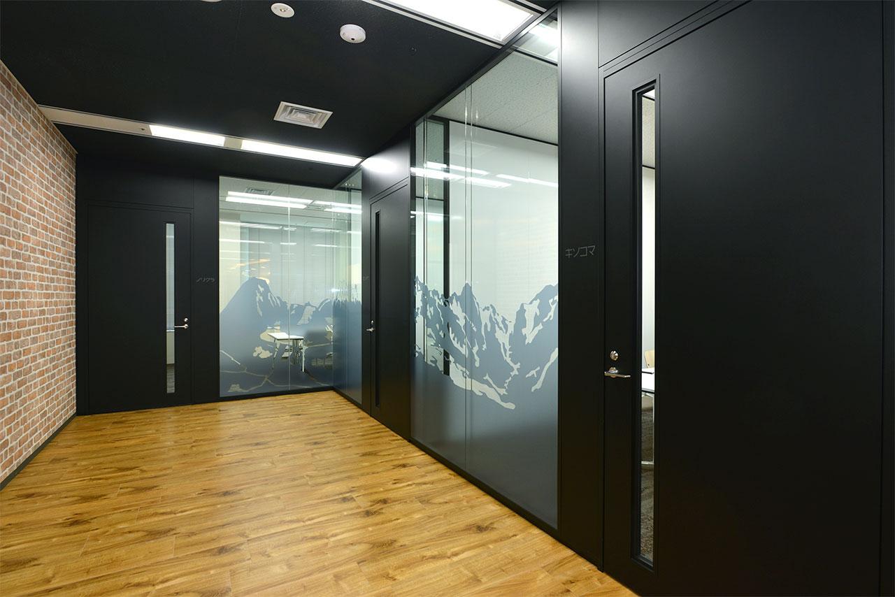 会議室と廊下の写真