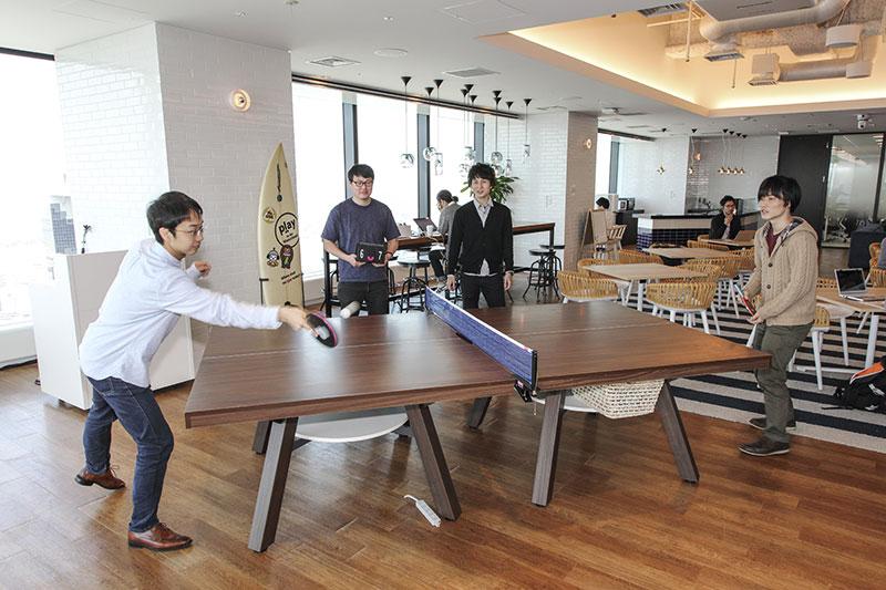 卓球を楽しむ社員の写真