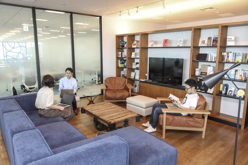 フリースペースで社員たちが作業をしていたり、話をしている様子の写真