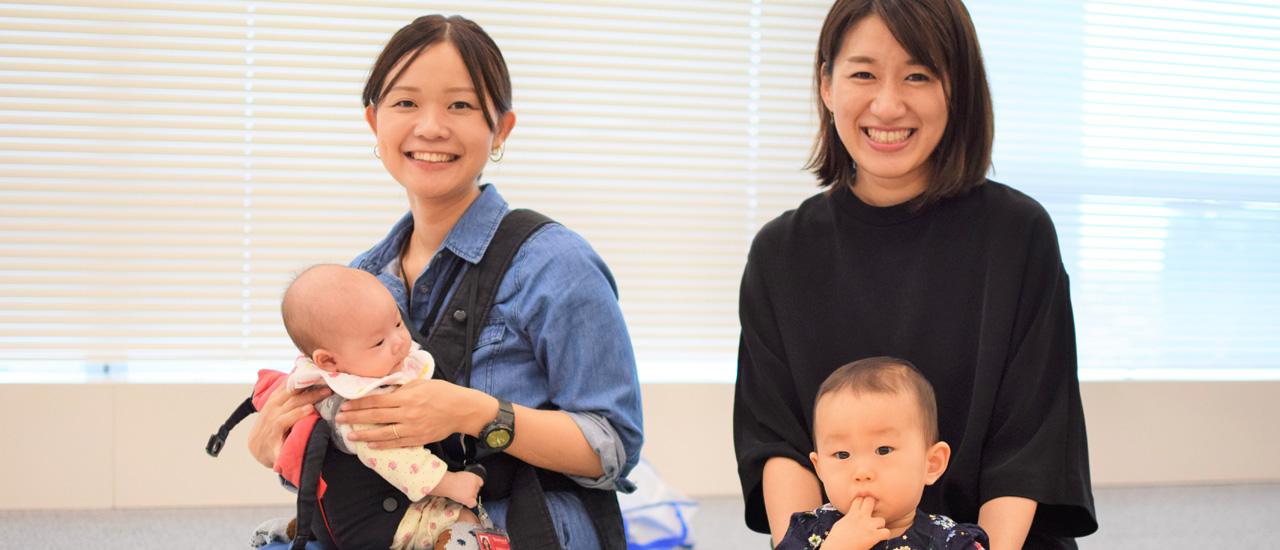 赤ちゃんを抱いている社員二名の写真