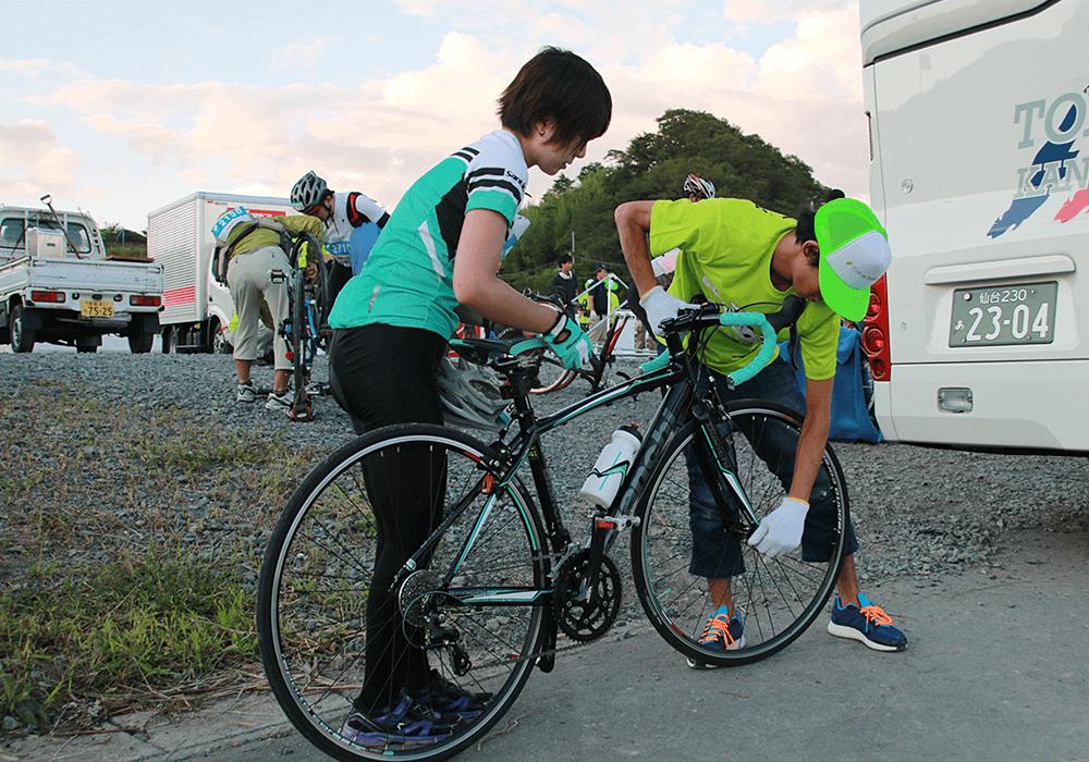写真:参加ライダーの自転車を回収する収容クルー