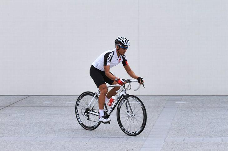 竹谷さんが自転車に乗っている画像