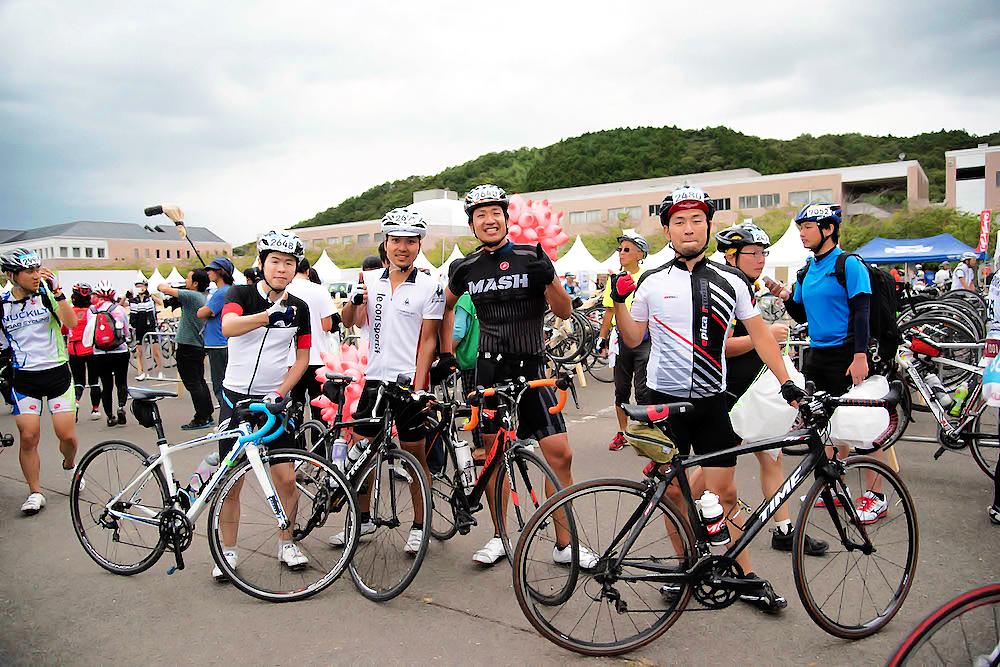 写真:会場で自分の自転車とともに並ぶライダー達