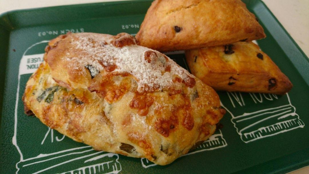 写真:東松島産野菜のパンとチョコチップスコーン