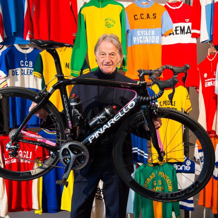 自転車を持ち上げるポール・スミス氏の写真