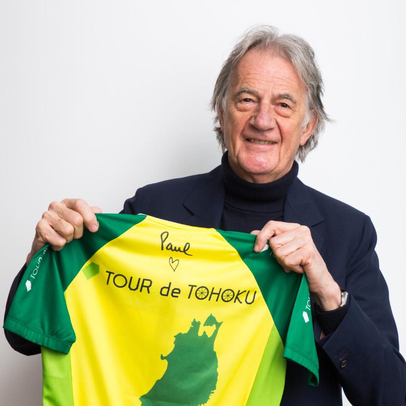 サイクルジャージを手に持つポール・スミス氏の写真