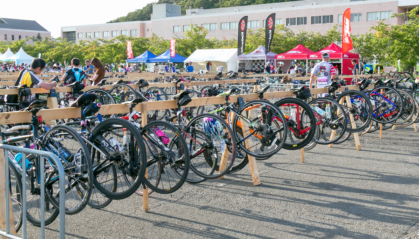 写真:サイクルクロークで自分の自転車を預けているライダー達
