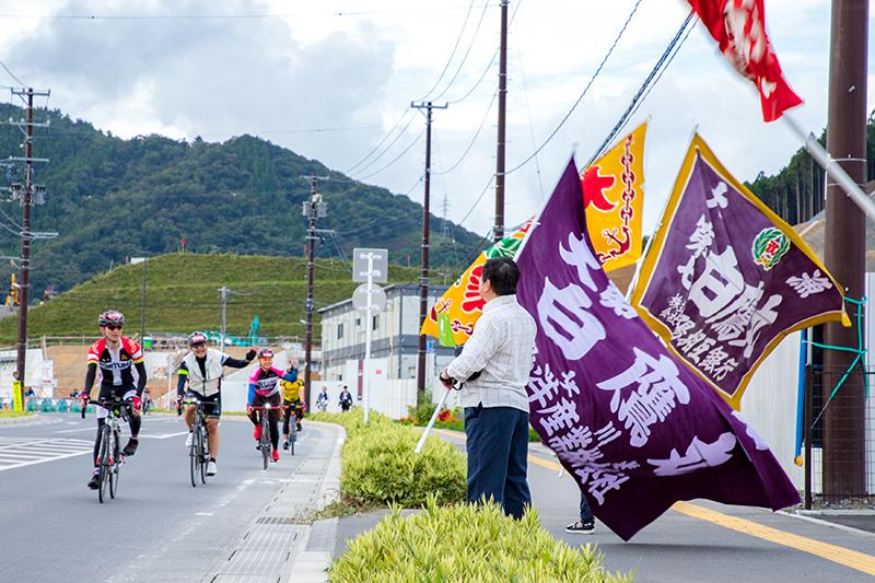 女川駅近くでは大漁旗がお出迎え