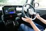 スマートパノラマパーキングアシスト(駐車支援システム)は、駐車時にカメラで駐車枠の白線を検知し、音声とモニターガイドに加えてハンドル操作をアシスト。ドライバーはアクセルとブレーキによる速度調整と周囲の安全確認に専念でき、音声と画面の案内に従うだけで簡単に駐車可能。縦列駐車にも対応。