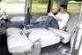 リヤシート左右分割リクライニングによってゆったりくつろげるスペースが出現。長い荷物を載せる際にも便利。