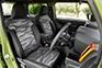 前席の「クルースペース」は、運転に集中できる空間。気分を高めるデザインと便利な装備が機能的にレイアウトされている