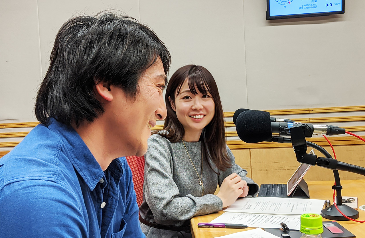 文化放送内のスタジオにて。写真左が登嶋さん、右はアシスタントのたがえみこと田ケ原恵美さん