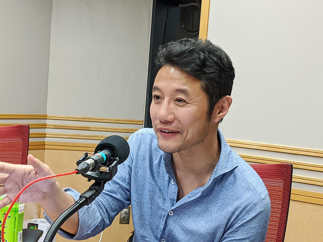 文化放送内のスタジオにて、入山章栄さん