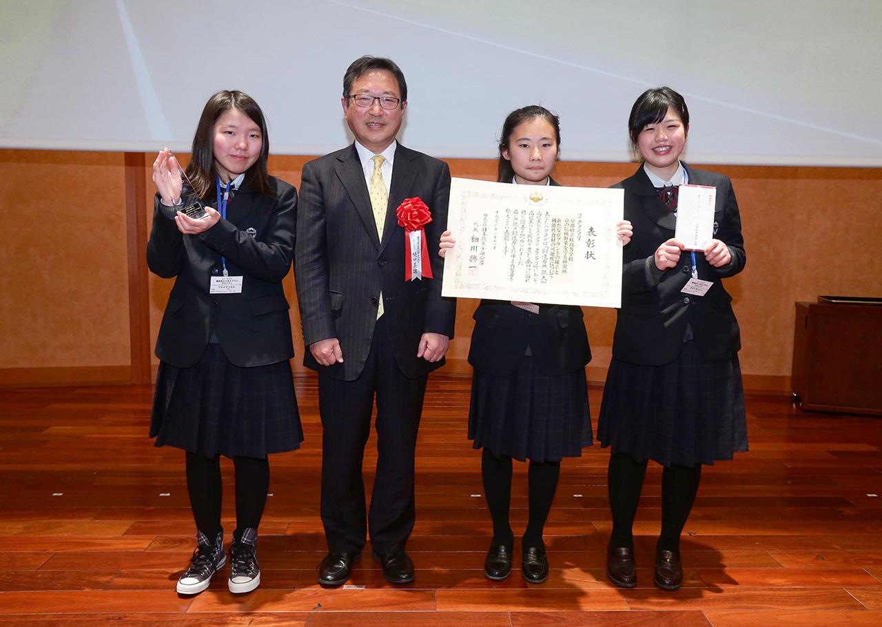 「第1回 高校生ビジネスプラン・グランプリ」で準グランプリに。右端が松岡さん(2014年1月)