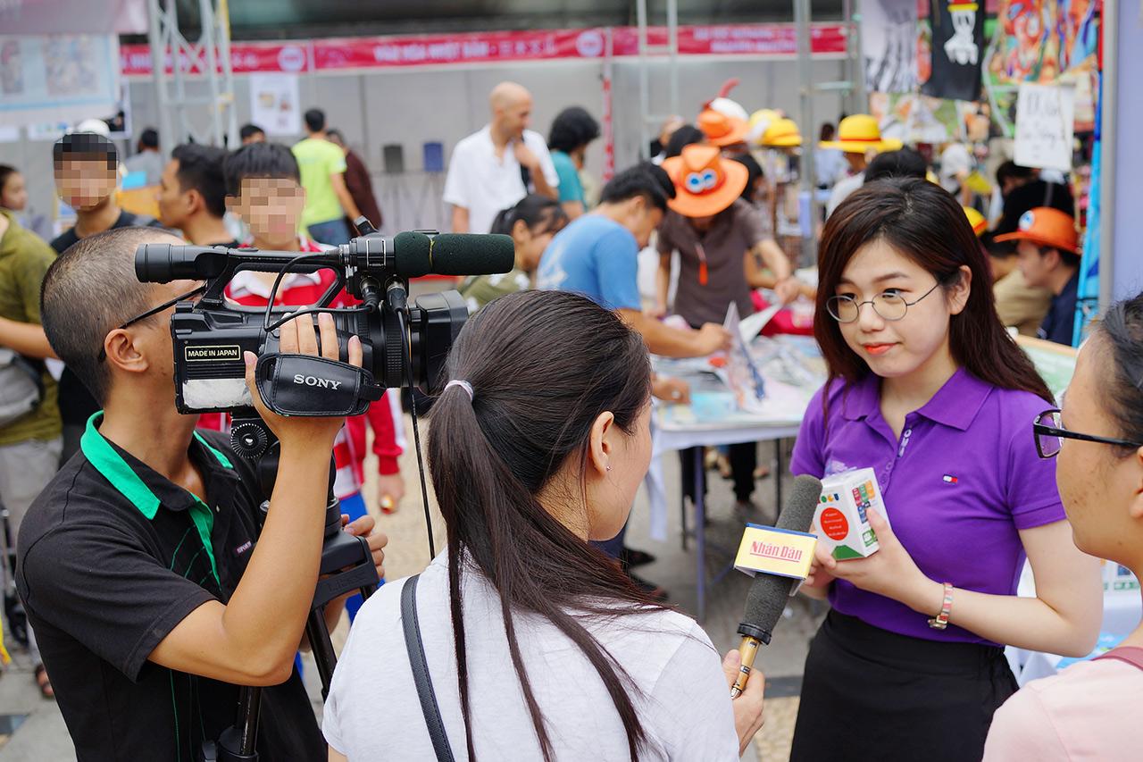 「MoGuMoGu」でベトナムのテレビ局のインタビューを受ける松岡さん