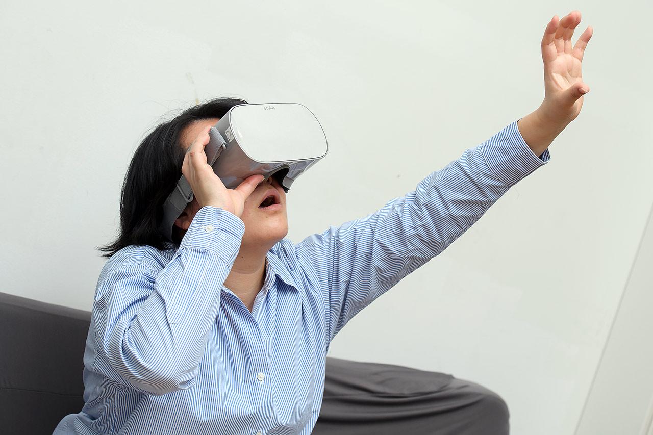 VRゴーグルに現れた映像に驚く筆者