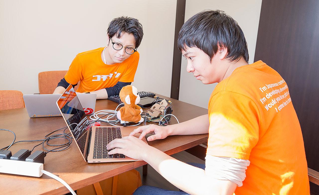 開発担当の岩崎大輔さん(左)と佐々木雅也さん(右)