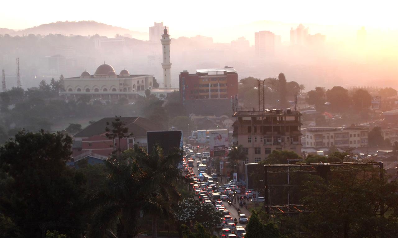 カンパラの中心街に向かう道は早朝から大混雑
