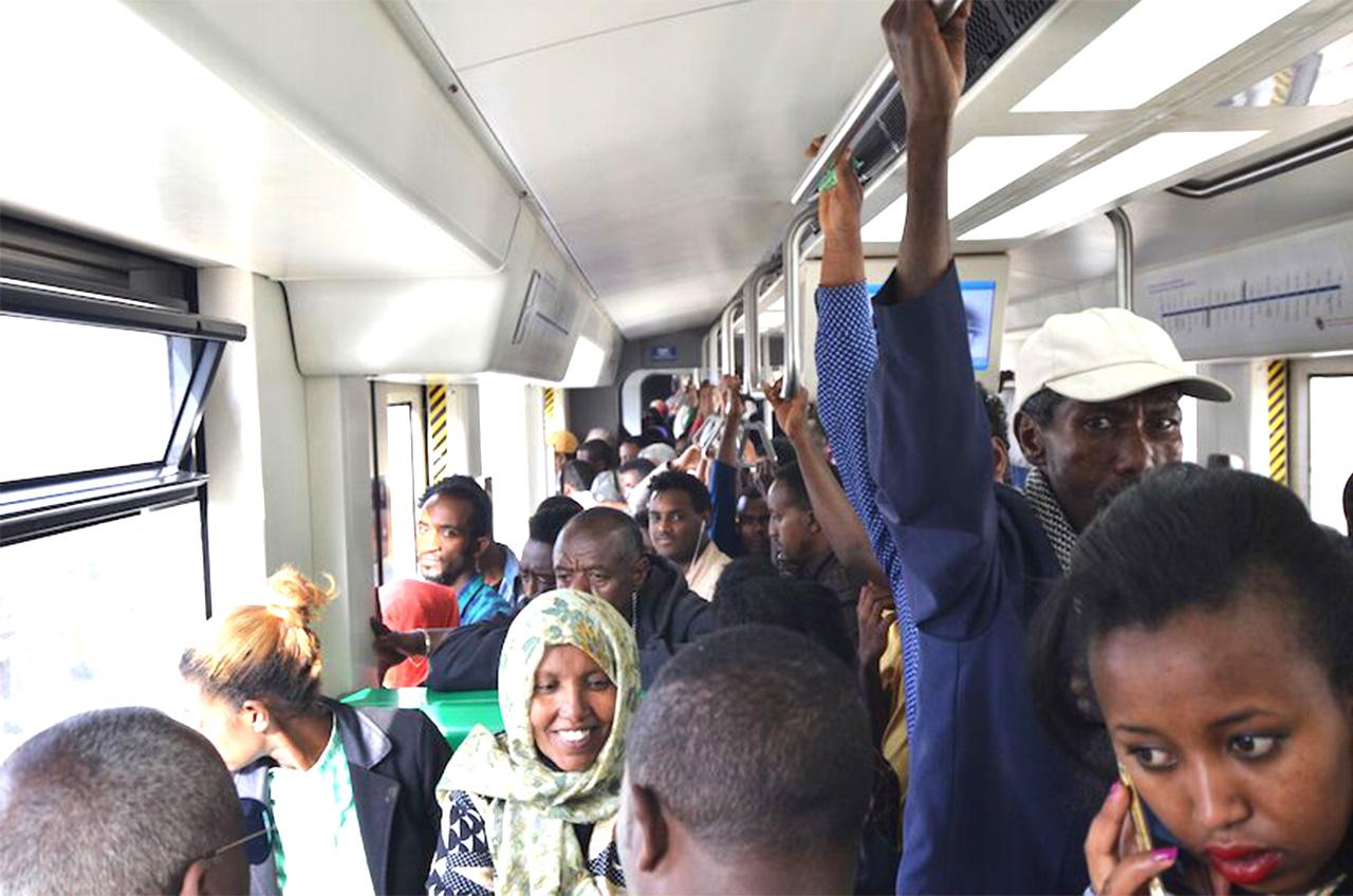 エチオピアの首都アディスアベバの電車内