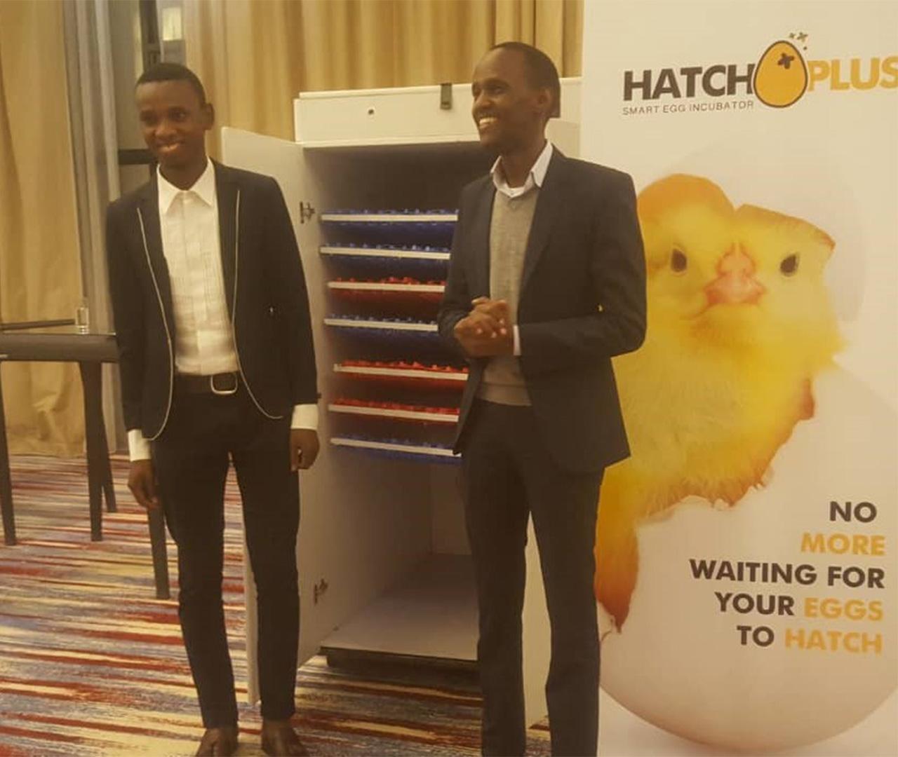 事業の説明をするハッチプラス代表のイマニ・ボラさん(左)とICT商工会議所のアレックス・ナーレCEO