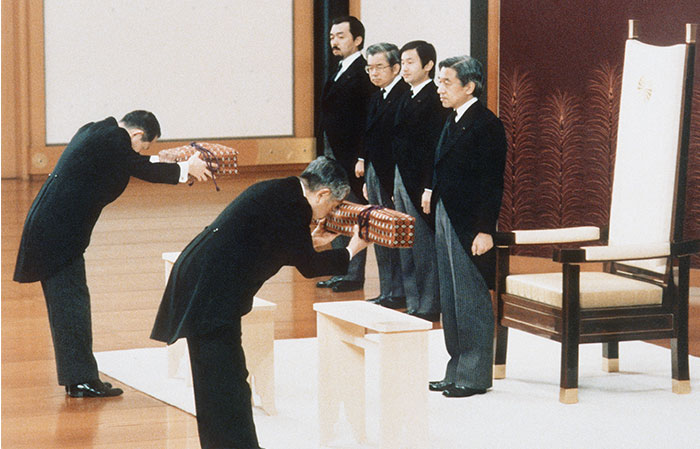 「剣璽等承継の儀」に臨まれる天皇陛下