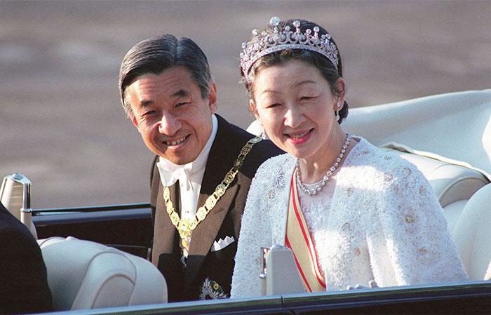 即位の礼でパレードに出発される両陛下