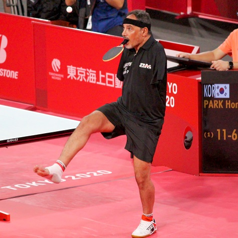 ラケットを口に、サーブは足で。異彩放つエジプト卓球選手に会場が注目