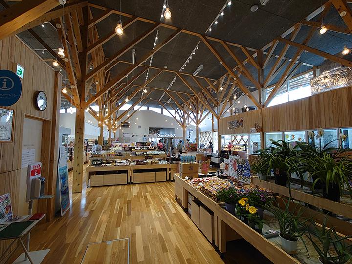 明るい店内で福島県産の生鮮食品を多数取り揃えている
