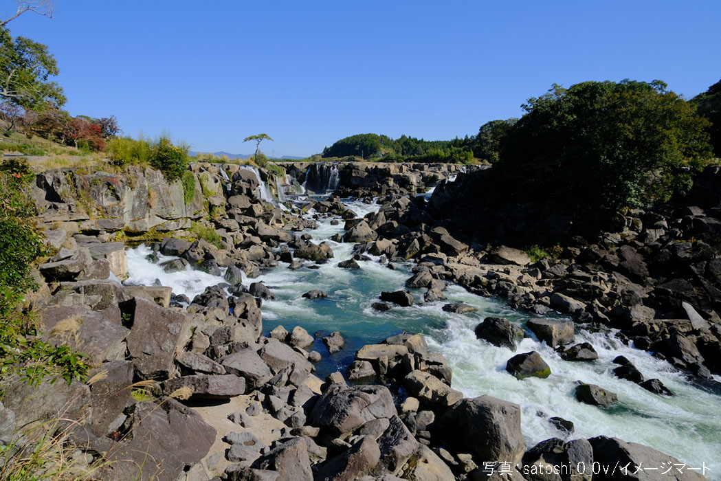 美しい曽木の滝を流れる清流の水
