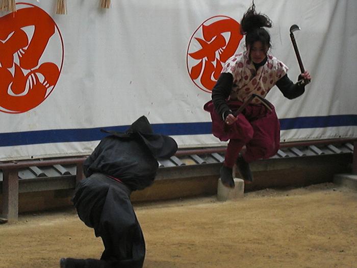 本物の刀や鎌を使用するので、日々鍛錬を積んでおかなければ怪我をすることも