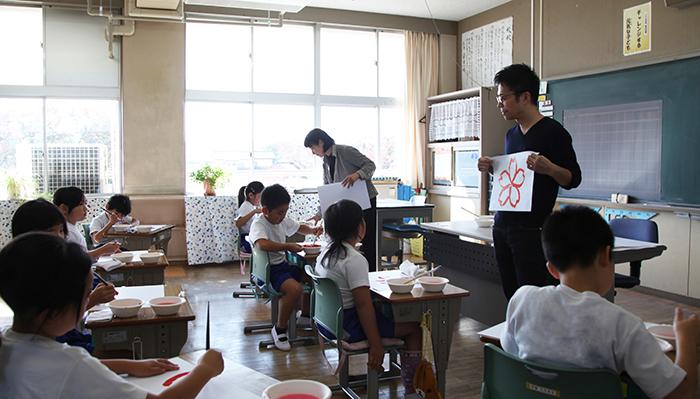 子どもたちが描いた力強い桜の絵に、震災から立ち上がる日本の姿を感じたと吉岡さんは語る。