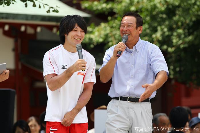 交流も深い内村航平選手(左)と森末慎二さん(右)