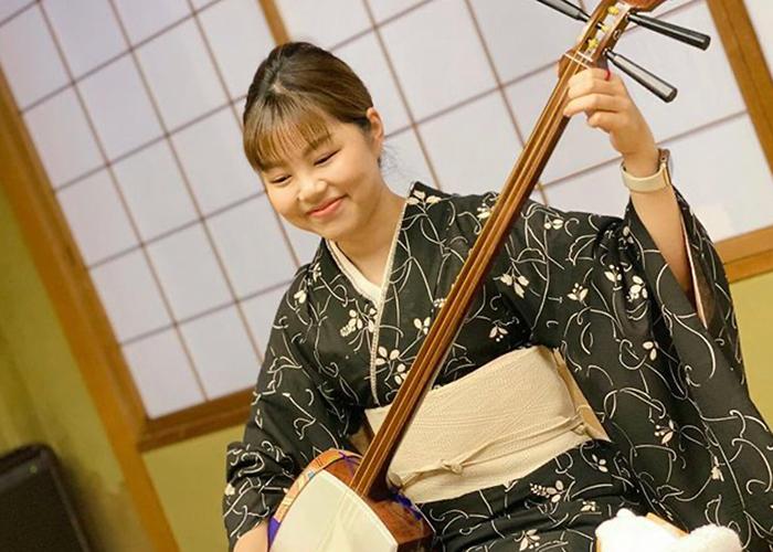 お客さんの笑顔を胸に奮闘する若女将(写真:栗田さん提供)