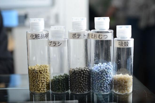 化粧品の容器やポテトチップスの袋など様々なものから作られたペレット