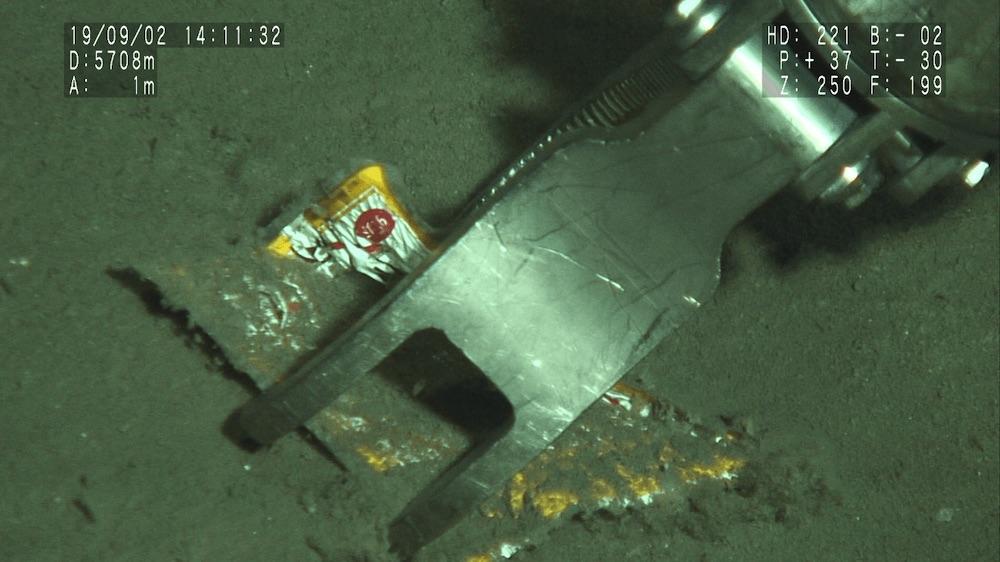 深さ5700メートルの海底に沈んでいたプラスチックの袋